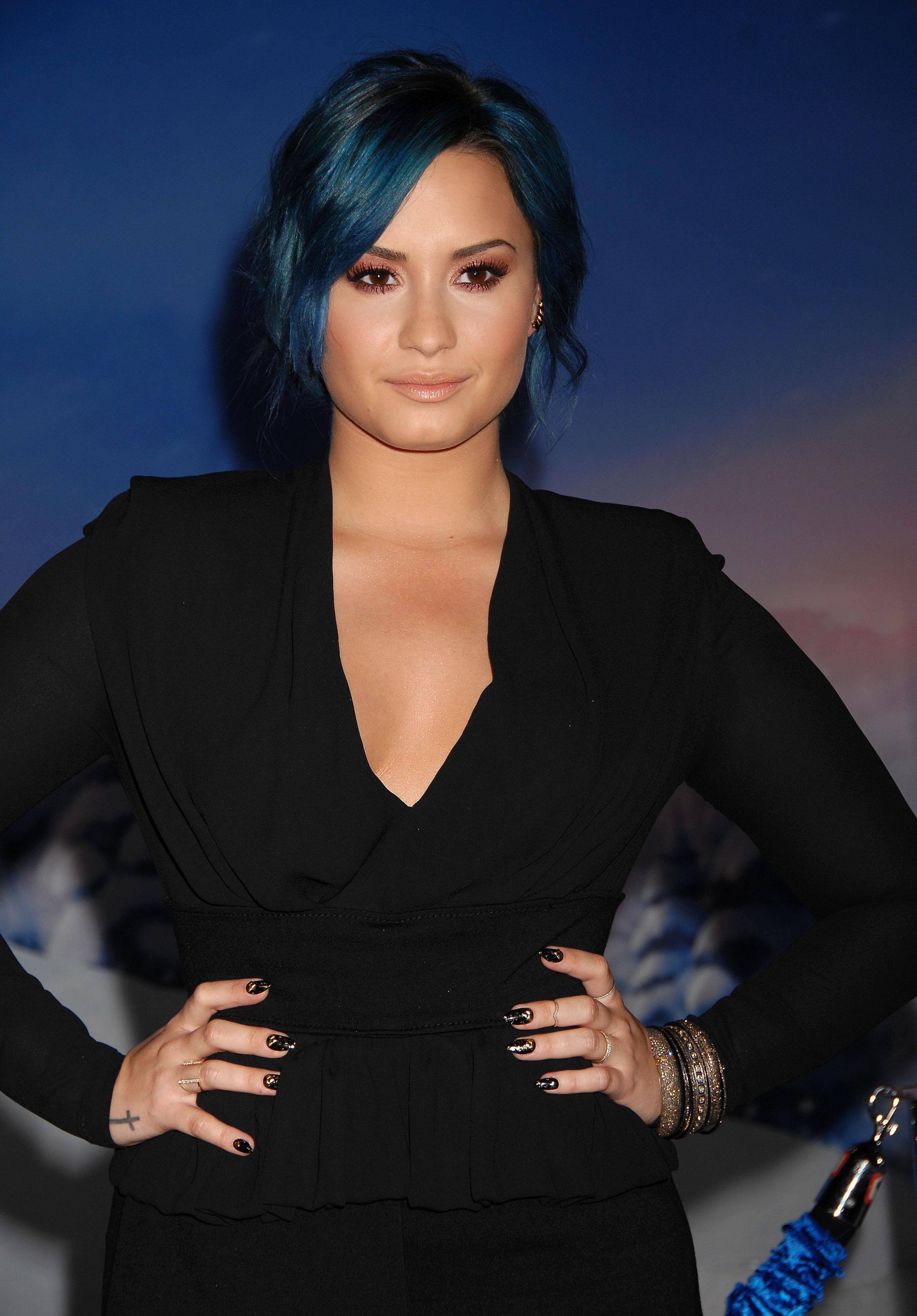Per Demi Lovato un blu di Prussia profondo ed elegante Photo Shutterstock